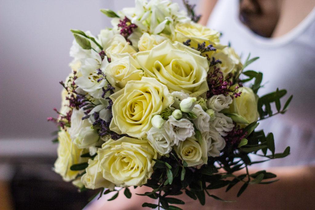 bouquet-luxury-destination-wedding-bride-flowers-iceland